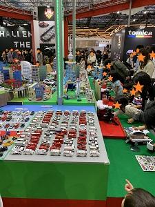 東京モーターショー2019 トミカコーナーのトミカジオラマ前に、触って遊べるスポットあり