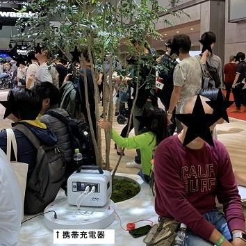東京モーターショー2019 ホンダブースにいくつかある円形ソファー中央では、携帯の充電可能なスポットあり!電池切れそうな人必見!