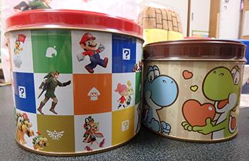 オリジナル商品「クランチ Nintendo TOKYO」と、ヨッシーのクランチ缶