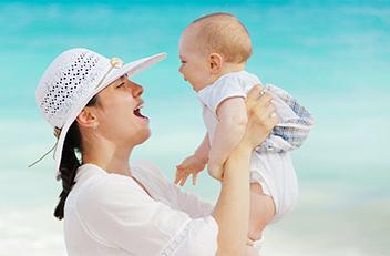 赤ちゃんをハグ(乳頭亀裂記事)