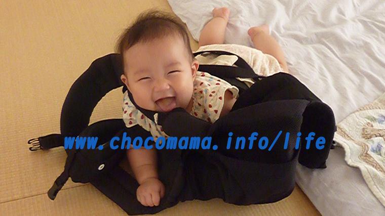 抱っこ紐で遊ぶ赤ちゃん