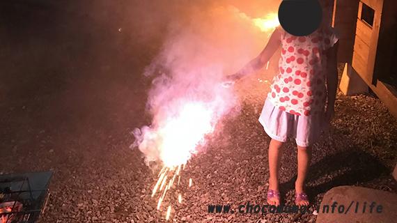 青根キャンプ場(緑の休暇村)のバンガロー前で花火