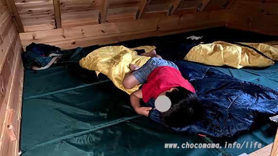 青根キャンプ場のバンガローで熟睡中。コールマンのフォールディングマット