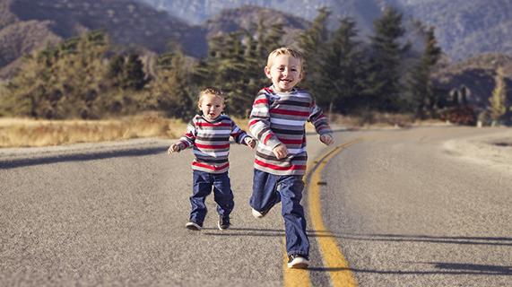 兄弟でかけてくる子ども達の画像(BCGの注射患部を、乾燥前に触ってしまったらどうなる?の記事内にて)