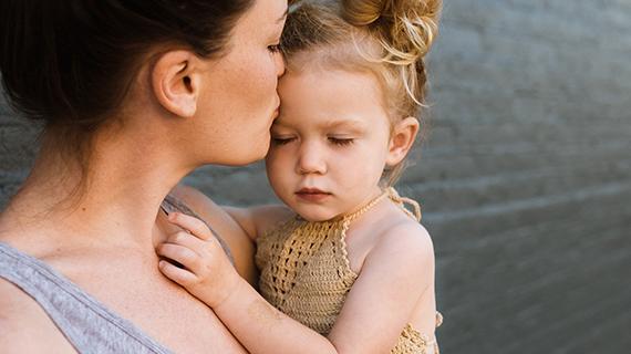 悲しそうな子どもと慰める母